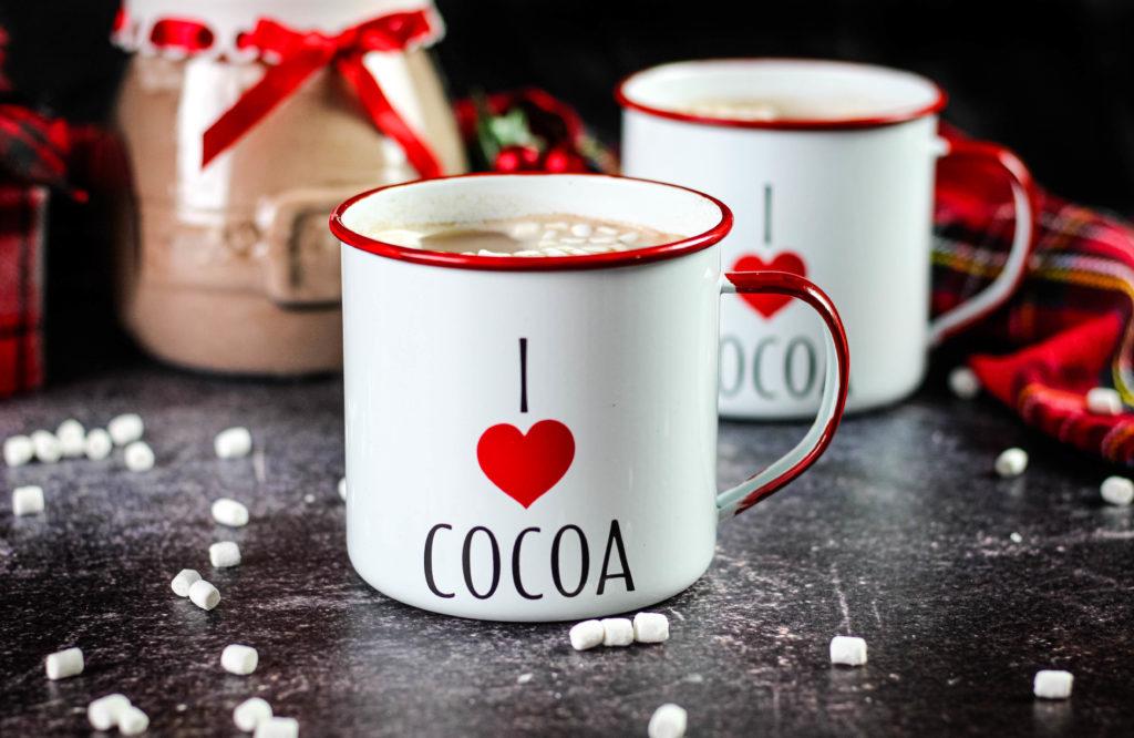 Hot coca in 2 mugs
